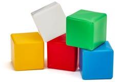 Die Würfel der helle farbige Kinder, lokalisiert auf weißem Hintergrund Stockfotografie
