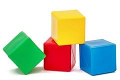 Die Würfel der helle farbige Kinder, lokalisiert auf weißem Hintergrund Lizenzfreie Stockbilder