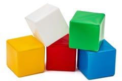 Die Würfel der helle farbige Kinder, lokalisiert auf weißem Hintergrund Stockbilder