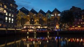 Die Würfel-Häuser und die Ufergegendcafés in der Nacht Rotterdam Stockbild