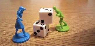 Die Würfel und die Spielstücke stockfoto
