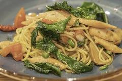 Die würzige Garnele und der Kalmar der Spaghettis mit Gemüse lizenzfreie stockfotos