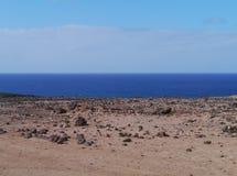 Die Wüste und der Atlantik auf Fuerteventura Lizenzfreie Stockfotografie