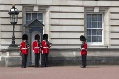 Die Wachposten am Buckingham Palace in London Stockbilder