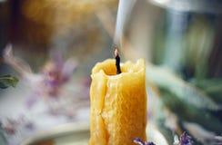 Die Wachskerze strahlt Rauch vom erhitzten Docht aus lizenzfreies stockfoto