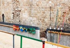 Die Waffe der Ritterzeiten wird auf die Listen in die Festung der alten Stadt des Morgens in Israel gelegt Lizenzfreie Stockfotos