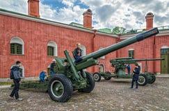 Die Waffen des Zweiten Weltkrieges an den Wänden der Festung und der Kinder, die um sie spielen Lizenzfreies Stockfoto