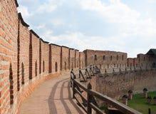 Die Wand der alten Festung eines mittelalterlichen Schlosses in Lutsk Stockfotografie