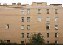 Die Wand des Hauses mit Windows Lizenzfreies Stockfoto