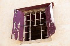 Die Wand des offenen Fensters des alten Gefängnisses mit Stangen auf dem Entweichen von Verbrechern stockbild