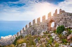 Die Wand einer alten Festung auf dem Hügel in Alanya, die Türkei stockfoto