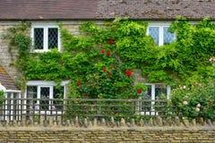 Die Wand eines englischen Hauses an der Landschaft Stockbilder