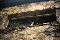 Die Wand eines gebrannten Industriegebäudes vor langer Zeit verlassen lizenzfreie stockfotografie