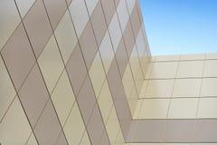 Die Wand eines hohen Gebäudes Lizenzfreie Stockbilder