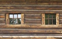 Die Wand eines sehr alten Hauses mit einem Blockhaus, mit grauem Holz Lizenzfreies Stockbild