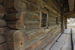 Die Wand eines sehr alten Hauses mit einem Blockhaus, mit grauem Holz Stockbild