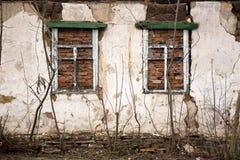 Die Wand eines verlassenen Gebäudes im Donbass Stockfotos