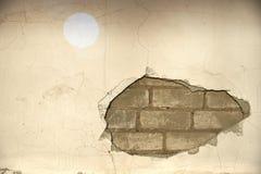 Die Wand, die herein ausgehöhlt werden, der Gips und die Ziegelsteine sind sichtbar lizenzfreie stockbilder