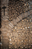 Die Wand hergestellt von den menschlichen Knochen und von den Schädeln Stockfotos