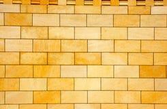 Die Wand revetted mit einer gelben Fliese Lizenzfreies Stockbild