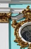 Die Wand und das Fenster der blauen Kirche mit Golddekoration auf den Säulen und einem Engel auf dem Fensterrahmen lizenzfreie stockfotografie