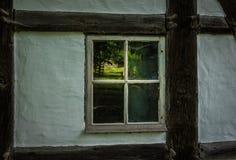Die Wand und das Fenster eines alten Bauernhauses Stockbilder
