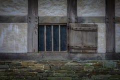 Die Wand und das Fenster eines alten Bauernhauses Lizenzfreie Stockfotos