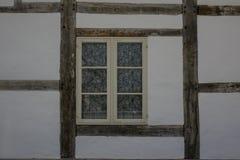 Die Wand und das Fenster eines alten Bauernhauses Lizenzfreie Stockbilder