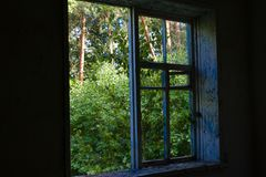 Die Wand und das Fenster eines alten Bauernhauses nach innen Lizenzfreie Stockbilder