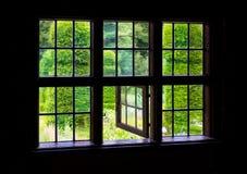 Die Wand und das Fenster eines alten Bauernhauses nach innen Lizenzfreie Stockfotos