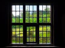 Die Wand und das Fenster eines alten Bauernhauses nach innen Lizenzfreie Stockfotografie