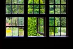 Die Wand und das Fenster eines alten Bauernhauses nach innen Stockfoto
