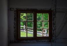Die Wand und das Fenster eines alten Bauernhauses nach innen Lizenzfreies Stockbild