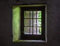Die Wand und das Fenster eines alten Bauernhauses nach innen Stockbild