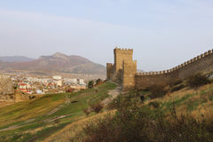 Die Wand und die Türme der Genoese Festung in Krim-Halbinsel Lizenzfreies Stockbild