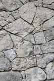 Die Wand wird mit Stein gegenübergestellt Stockfotos