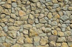 Die Wand wird von den Gebirgssteinen hergestellt Lizenzfreies Stockfoto