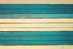 Die Wand wird von den hellgelben und des Türkises horizontalen Latten hergestellt Beschaffenheit von dünnen gemalten Brettern stockfotos