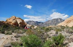 Die Wanderer, die Turtlehead absteigen, ragen in den roten Cany Felsen empor Stockfotografie