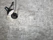 Die Wandlampe auf dem Gutshofgrauhintergrund stockfotos