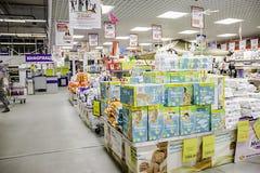 Die Waren sind im Regal in einem großen Supermarkt lizenzfreie stockfotografie