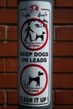 Die Warnung des Hundewanderers von erhöhten Beförderungsentgelten Stockfotografie