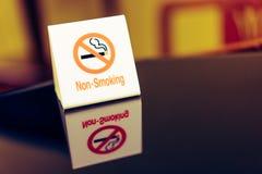 Die Warnzeichen, die auf dem Tisch Rauch verbieten Lizenzfreies Stockfoto