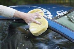 Die Waschvorgangautos mit einem Schlauch mit Wasser Lizenzfreie Stockbilder
