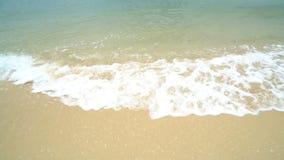 Die Wasser-Wellen, die herauf weißen Sand rollen, setzen 4K auf den Strand stock video footage