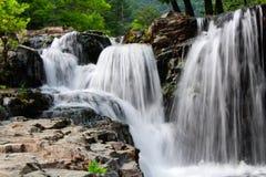 Die Wasserfallhöhle schön Stockbilder