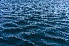 Die Wassermeeresoberfläche mit kleinen Wellen Lizenzfreie Stockbilder
