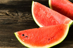 die Wassermelone auf einem rustikalen Holztischhintergrund Stockfoto