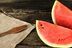 die Wassermelone auf einem rustikalen Holztischhintergrund mit Holz für Lizenzfreies Stockfoto