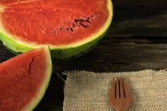 die Wassermelone auf einem rustikalen Holztischhintergrund mit Holz für Lizenzfreie Stockfotografie
